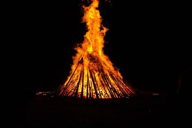 celebración con fuego ritual